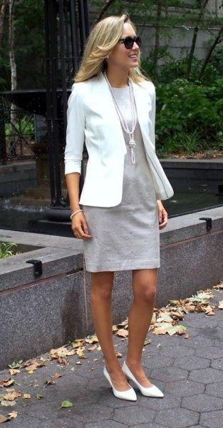 vit kavaj med ljusgrå miniklänning