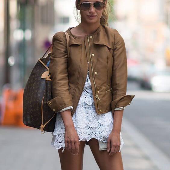 vit spetsklänning med brunt läderjacka
