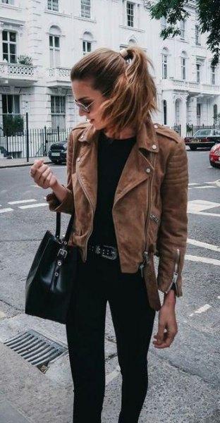 brun jacka med svart handväska och matchande jeans