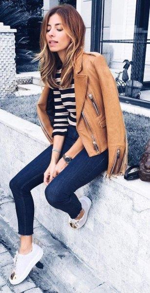 brun skinnjacka med svart och vit bred randig tröja