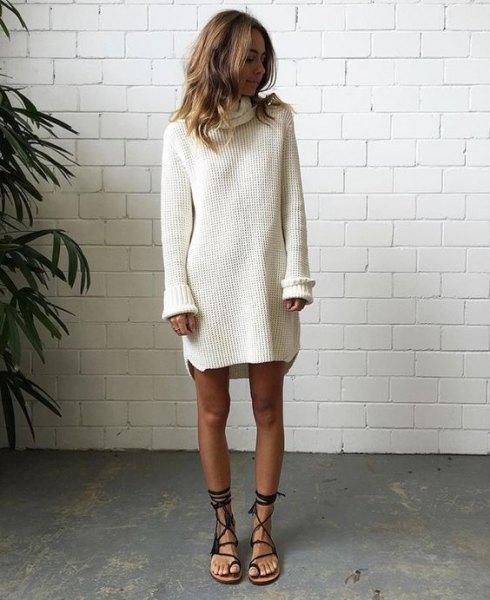 vit, ribbad tröja klänning med svarta, platta gladiator sandaler