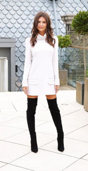 vit tröja med frontficka och svarta overknee stövlar