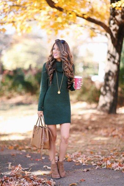grå stickad klänning med handväska i brunt läder