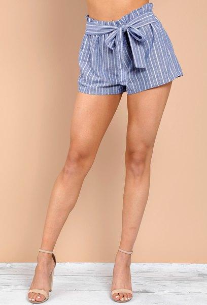 svart kort t-shirt med blå och vita randiga mini-shorts
