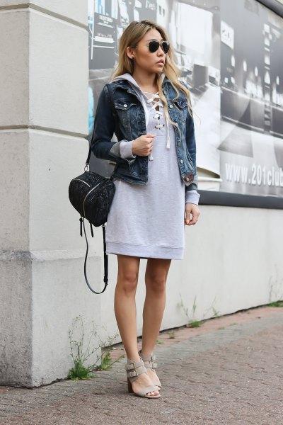 grå sweatshirtklänning med huva och blå jeansjacka