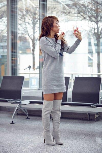 Sweatshirt miniklänning med högklackade stövlar