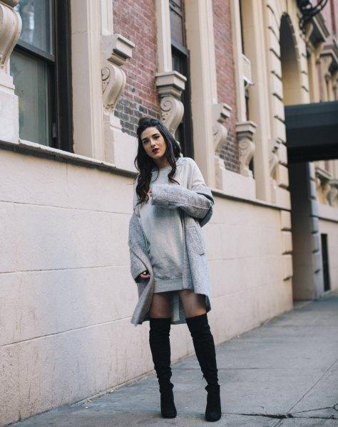 grå klänning med lång ullrock och overknee stövlar