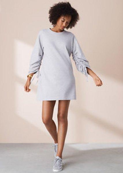 Långärmad mini-sweatshirtklänning med rund hals och låga sneakers