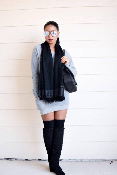 grå mini-sweatshirtklänning med svart stickad halsduk