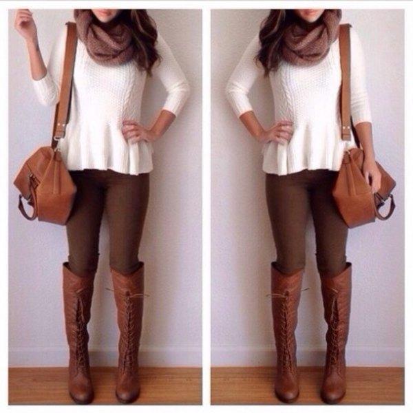 vit ribbad tröja med bruna skinny jeans och knähöga stövlar