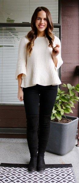 vit ribbad tröja med svarta skinny jeans och läderstövlar