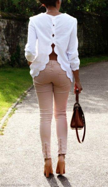 vit kammad halsringning med rosa smala jeans