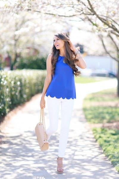 blå ärmlös skjorta med skal och vita smala jeans