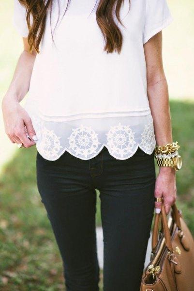 Kortärmad skjorta med vit spets och kantad fåll och svarta skinny jeans