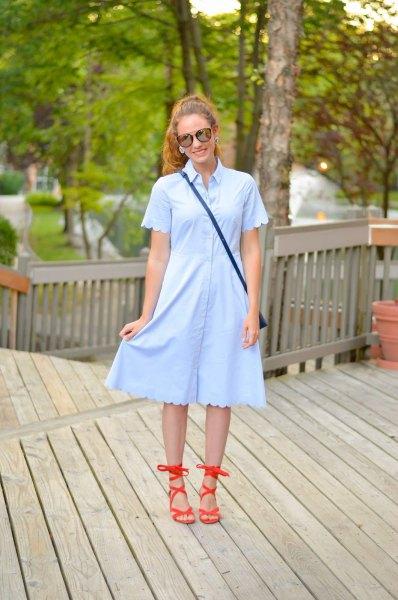 ljusblå skjortklänning med korsade ärmar och fåll