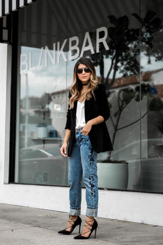 broderade jeans med svarta snörskor