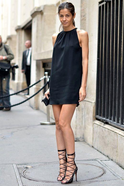 svart halterneck klänning med snörning i hälen