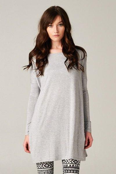 grå t-shirt klänning stamtryckta leggings