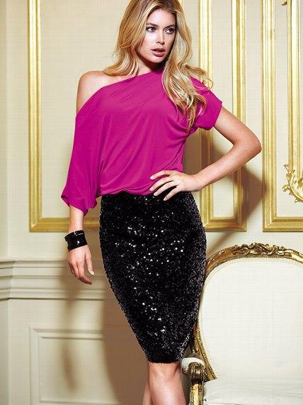 rosa dolman ärm topp med en axel, svart paljett kjol