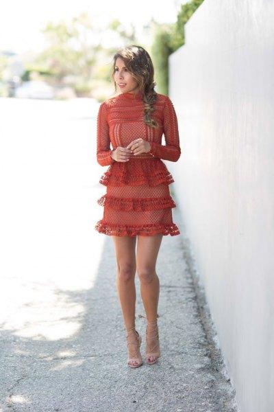 röd flerskiktad miniklänning med volang