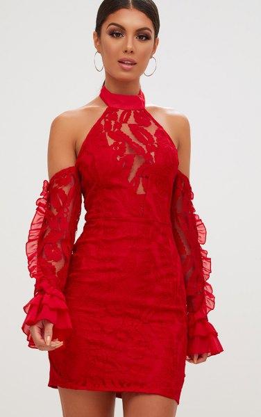 Figurklädd klänning med halterneck spets och separata ärmar