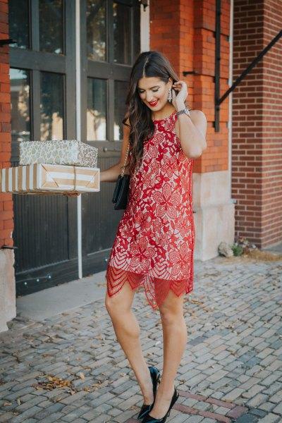 ren röd spets midiklänning över en vit skiftklänning