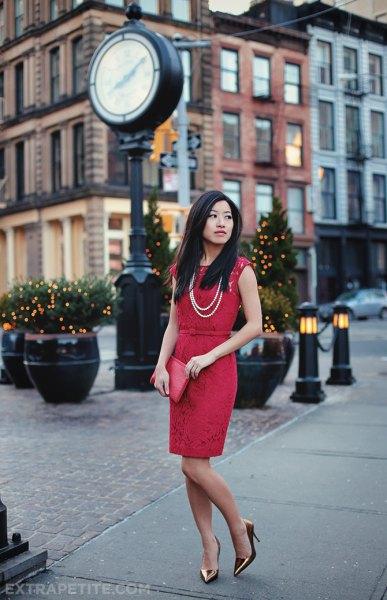 röd samlad knälång klänning med slida i midjan