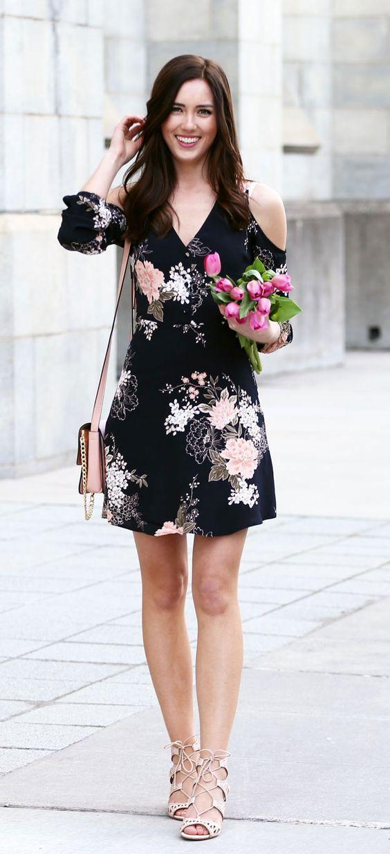 Blommaklänning med kall axel svartrosa