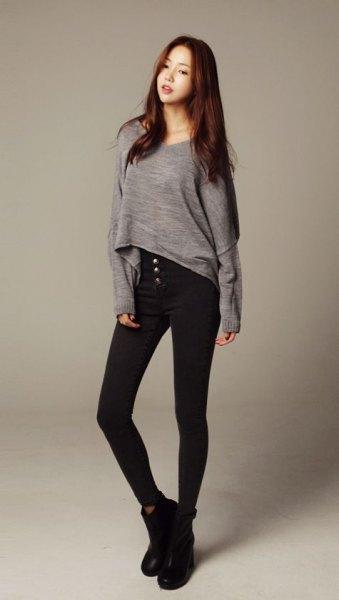 grå långärmad hög t-shirt svarta skinny jeans