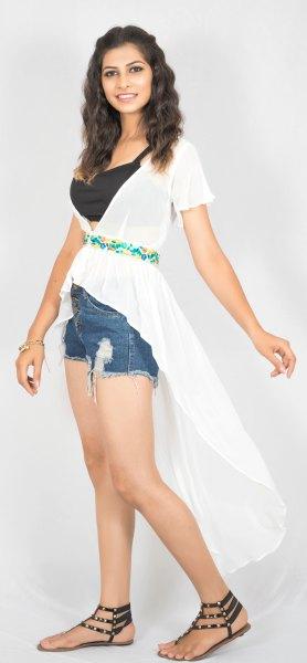 vita denimshorts med hög chiffong och bälte