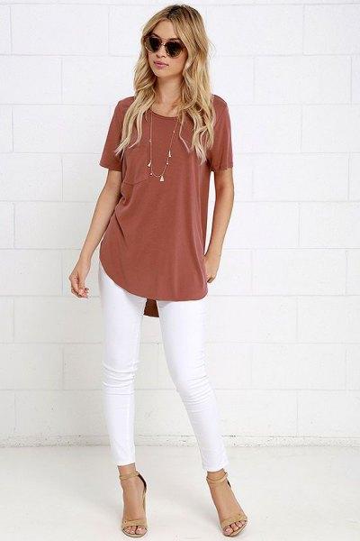 röd t-shirt vita skinny jeans