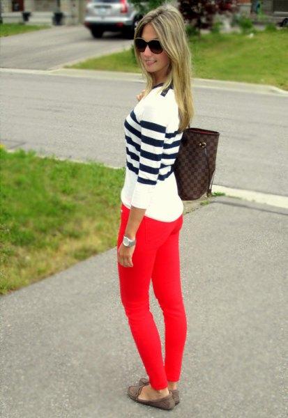 svartvita randig tröja röda skinny jeans