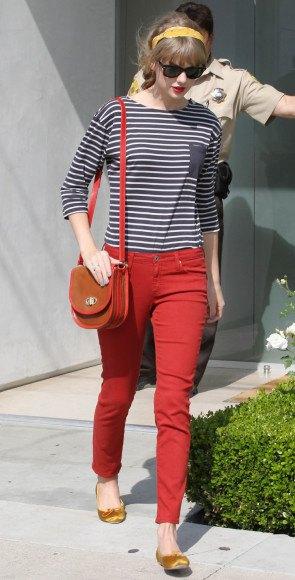 svart och vit randig t-shirt röd skinny jeans