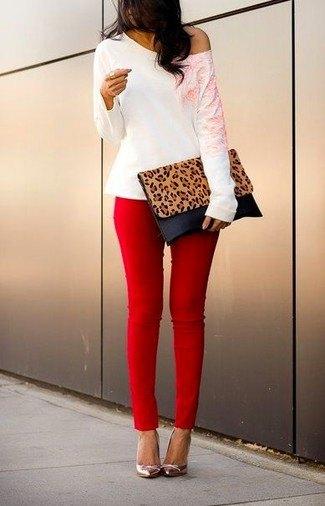 röda skinny jeans en axelbandslös vit topp