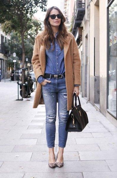 Kamelfleecejacka med blå chambray-skjorta och jeans