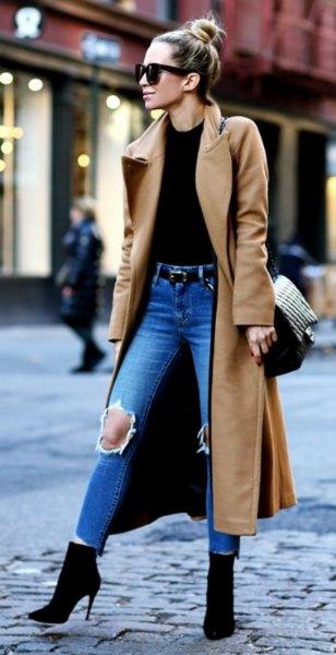 Camel taxi ullrock med svart topp och rippade blå jeans