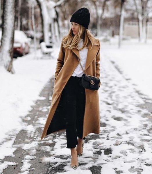 svart stickad mössa med kamel maxiullrock och korta jeans