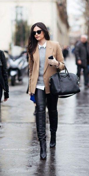 Kort kavajjacka med grå tröja och läderjackor