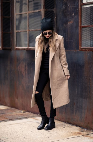 Longline ullrock med en helt svart outfit
