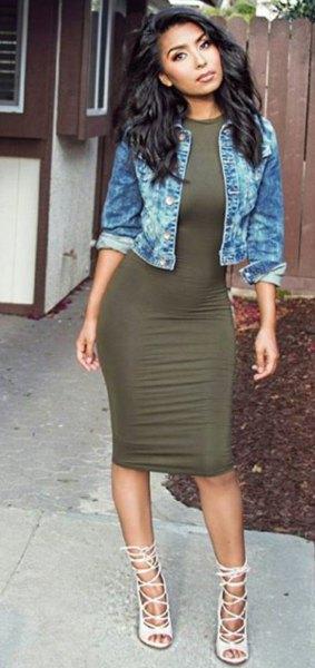 blå jeansjacka med grön klänning och vita remmar i klackarna