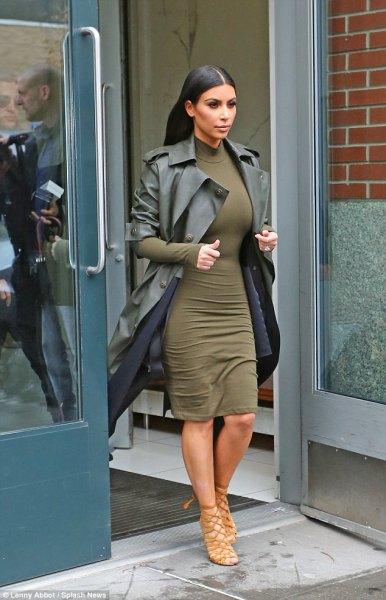Figurkramande knälång klänning med en lång läderblazer