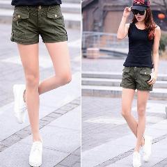 svart linne med khaki last mini-shorts