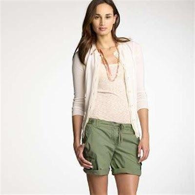 grå kofta med gröna khaki-shorts med lastmanschett