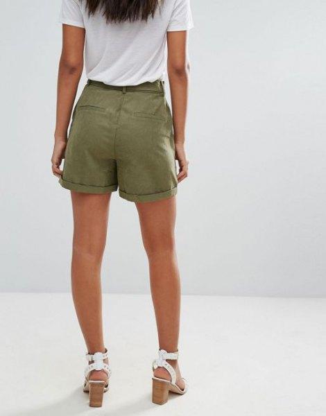 vit t-shirt gröna last shorts sandaler