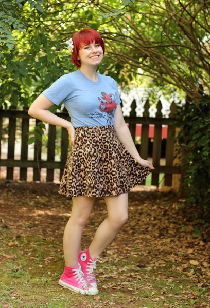 Rosa grafisk t-shirt med minirater kjol i leopardmönster
