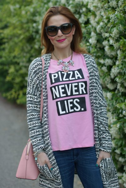 rosa tryckt t-shirt med långfärgad kofta i tribal stil