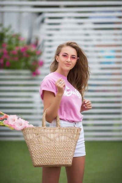 T-shirt med rosa tryck och vita jeansshorts