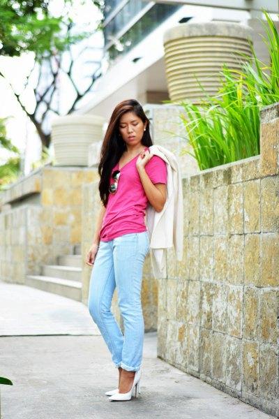 rosa t-shirt med ljusblå slim fit jeans och manschetter med vita klackar