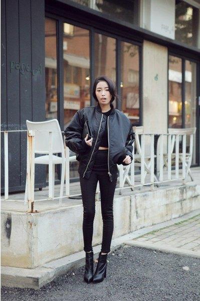 svart crop topp med smala jeans och läderjacka