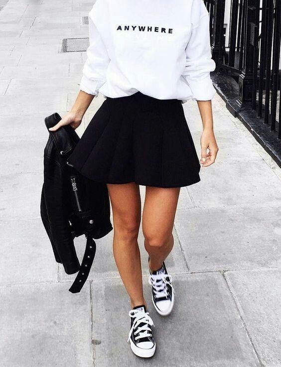 svart skater kjol vit huvtröja